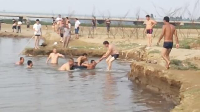 男子野泳溺水,好心人开摩托艇来救