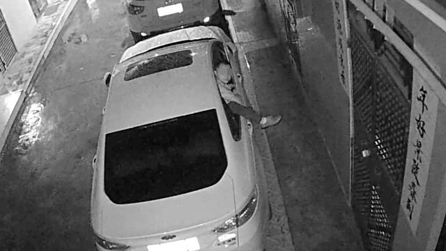 男子深夜徒手破车窗行窃,专砸豪车