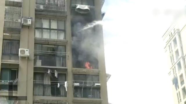 杭州高层着火,保安班长连救两层楼