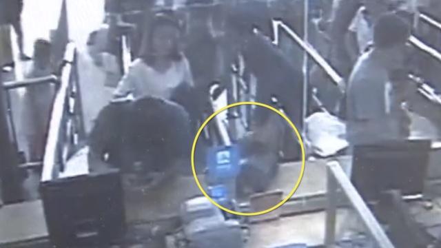 他购票包丢柜台,身后男子绕圈顺走