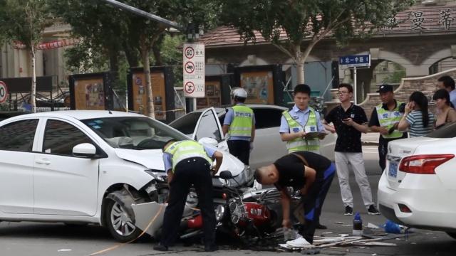 女司机撞2车重伤,车驶来像道白光