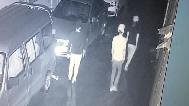 监拍:2女1男入室盗窃,抓到全变男的
