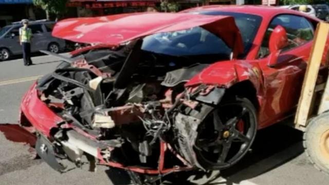 400万法拉利撞小车,比小车受损更重