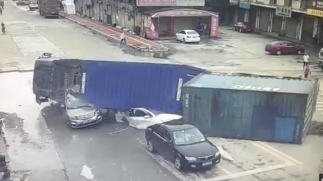 5小车等红灯,大货车劈头盖脸砸进来