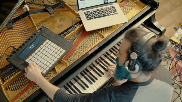 燥起来!音乐达人把钢琴当吉他弹