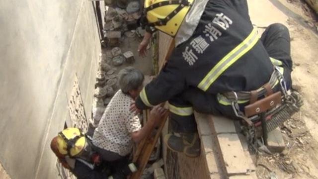 民房起火困2老人,消防墙上打洞救出