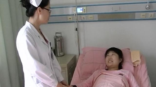 产妇医院车库分娩,热心护士帮接生