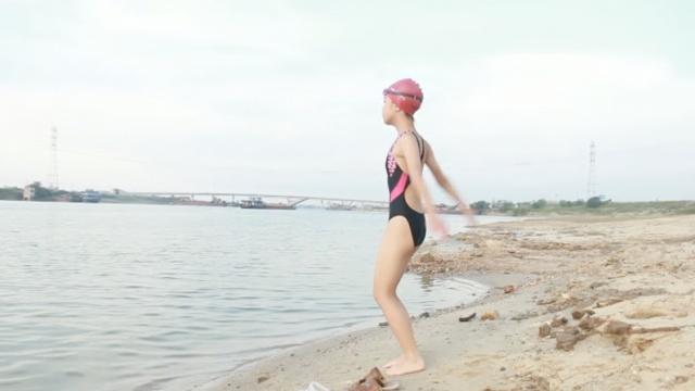 12岁女孩轻松渡长江,要战琼州海峡