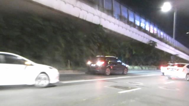 他加速倒车逃查酒驾,怼翻交警摩托