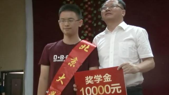 他考上北大获1万奖学金,捐给贫困生