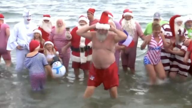 全球圣诞老人夏季聚会:大多穿短裤
