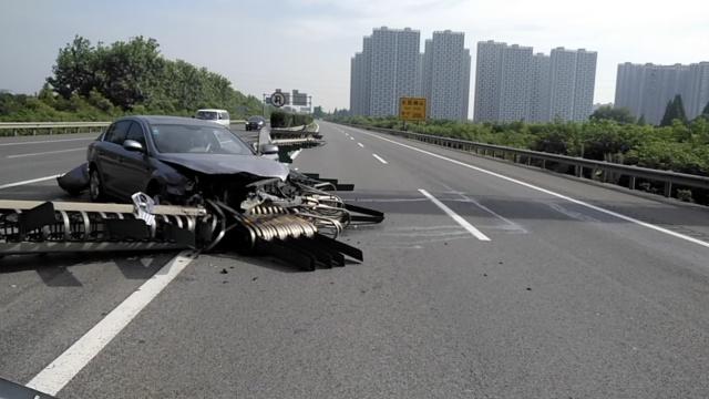 女司机高速撞飞护栏:被太阳刺了眼