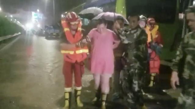 北京暴雨,2名孕妇被困,消防急救