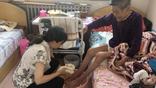 青海这帮人,为敬老院老人洗脚4年