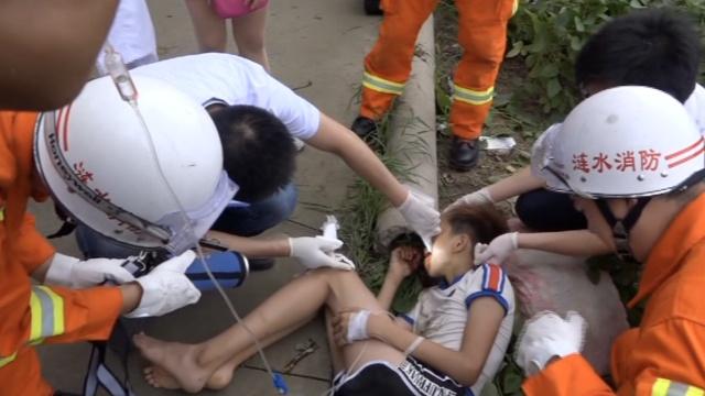 16岁女孩骑车摔倒,面部插入钢筋头