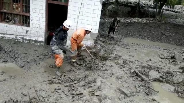 甘肃暴雨洪灾致1死8失联,消防急救