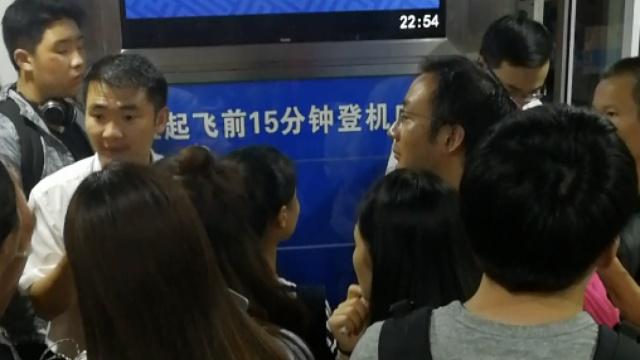 延误8小时!乘客青岛机场怒怼南航