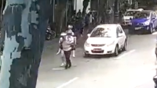 老太车祸撞骨折,21岁辅警背跑送医