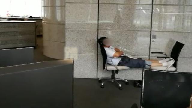 实拍蹭凉族:商场睡沙发隧道打扑克