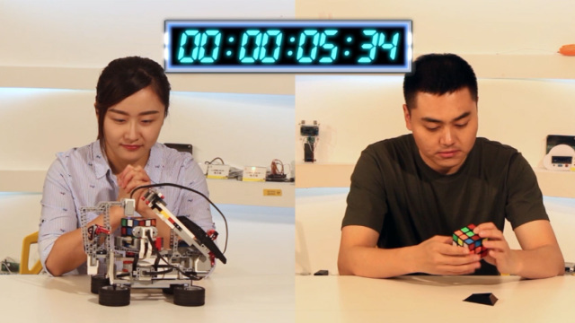人类挑战机器人拧魔方,谁能赢?