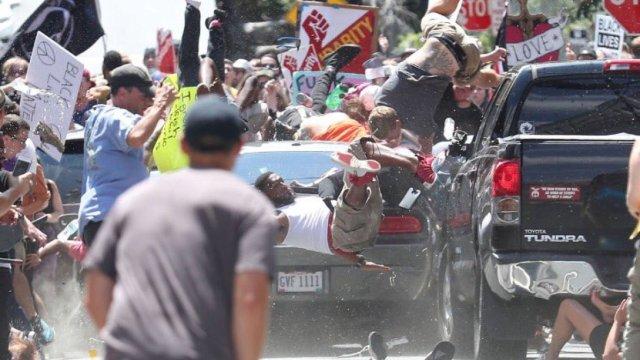 美国千人游行爆冲突,汽车冲入人群