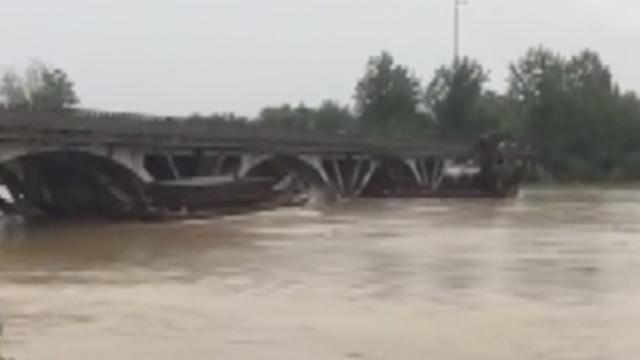 湖北崇阳2采砂船撞桥墩致两桥封闭