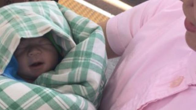 孕妇火车上破水,小家伙站台上出生