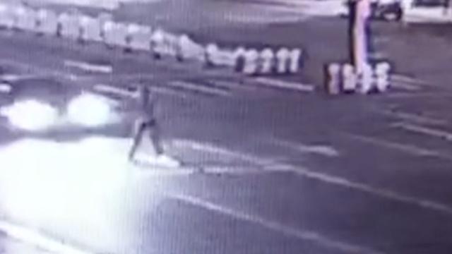 监拍:男子横穿马路被撞飞,家属嚎哭