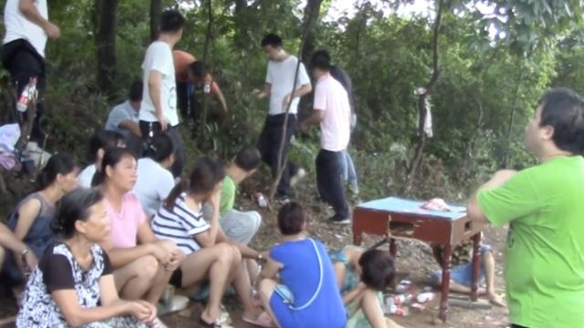 18人小树林聚赌,警方封堵一网打尽