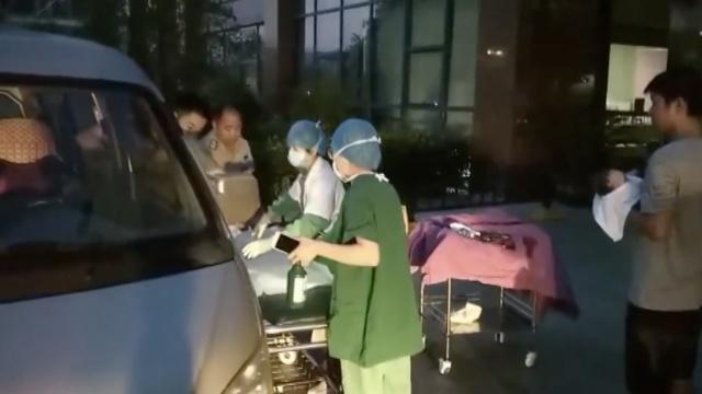 孕妇坐面包车上高速,半路产下男婴