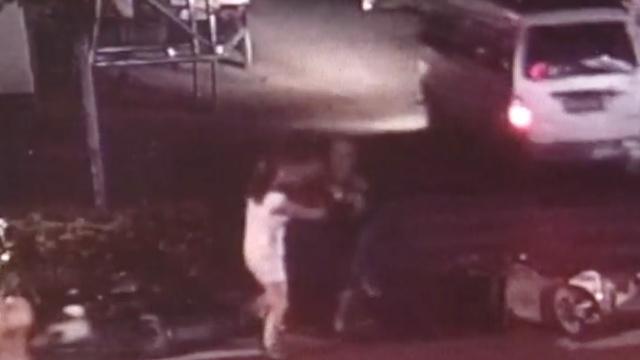 监拍:夫妻街头互殴,他一脚踹倒妻子