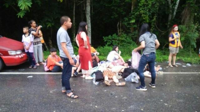 大巴撞皮卡:11名中国游客泰国受伤