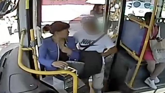 公交司机一声吼,小偷交还手机开溜