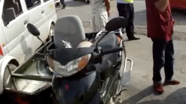 无证男改摩托加跨斗,民警哭笑不得