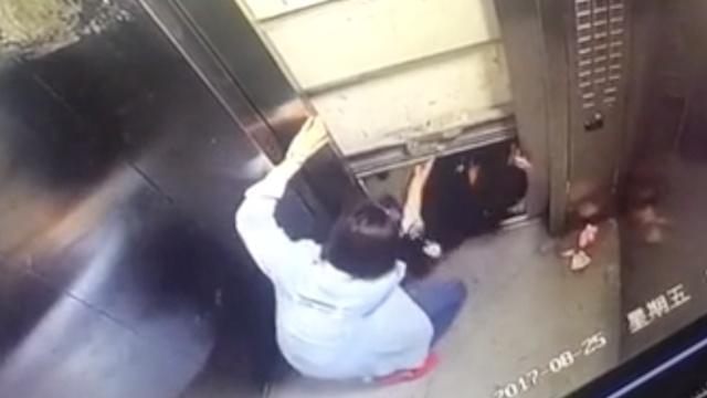 电梯卡在26楼,他逃生瞬间坠落梯井