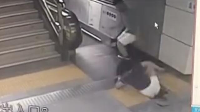 惊险!地铁井盖破损,女子误踩坠井