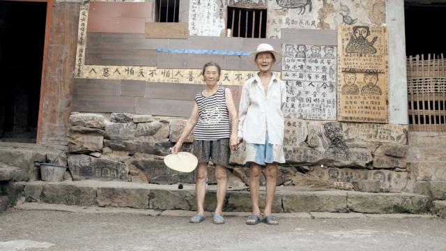 8旬翁把老伴比仙女,爱情故事画墙上