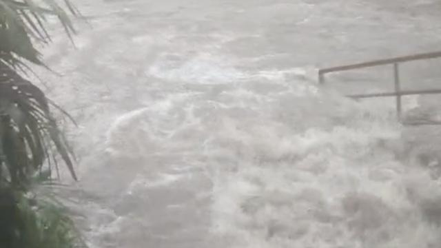 宜宾暴雨:涵洞积水齐腰,轿车进水