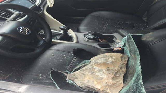 男子就地取材,搬巨石砸车盗窃30起