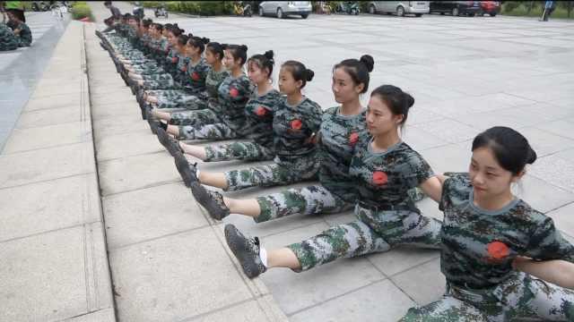舞蹈系100名美女新生,军训齐秀劈叉
