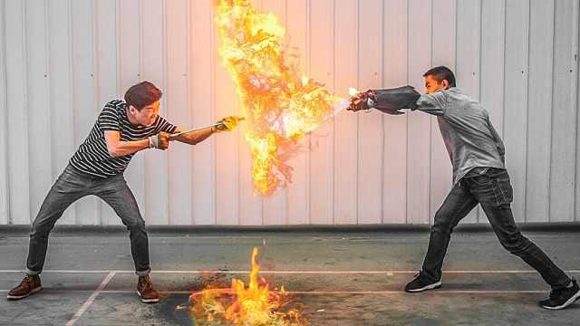 小伙拳头能喷火,3000度高温!