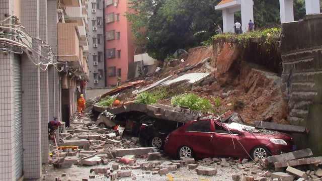 广州一小区后山体滑坡,19辆车被埋