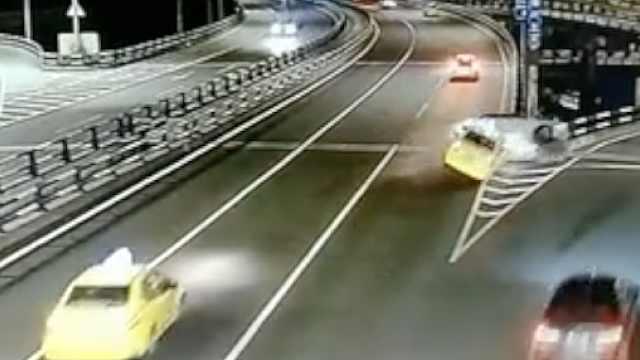 网约车违法变道,被撞后翻滚一圈