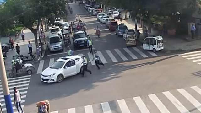 酒司机路口倒车,强行冲卡拖拽交警