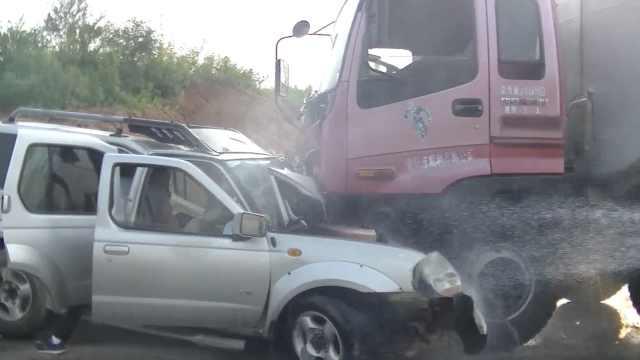 吉普逆行撞15吨油罐车,车头成废铁