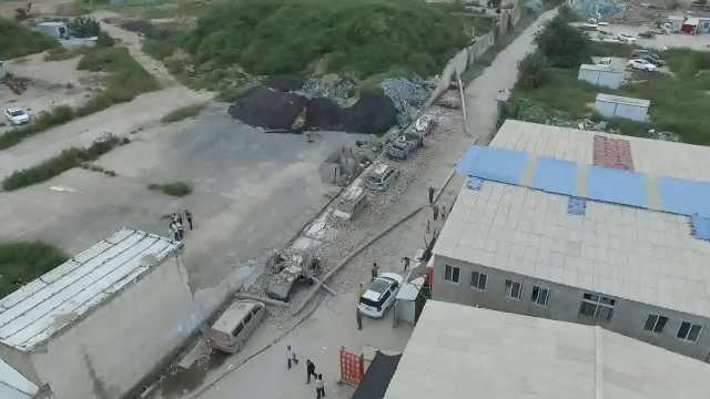 30米围墙突然倒塌,7车被砸成