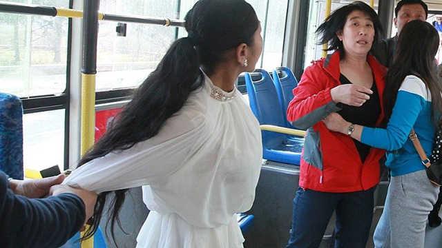 孕妇坐公交到底要不要给老人让座?