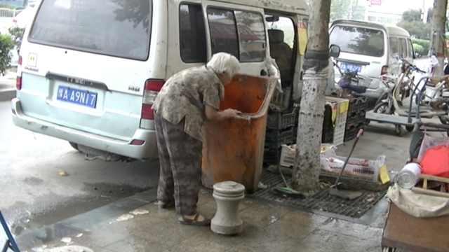 8旬奶奶捡垃圾赚零花钱,瞒着儿媳