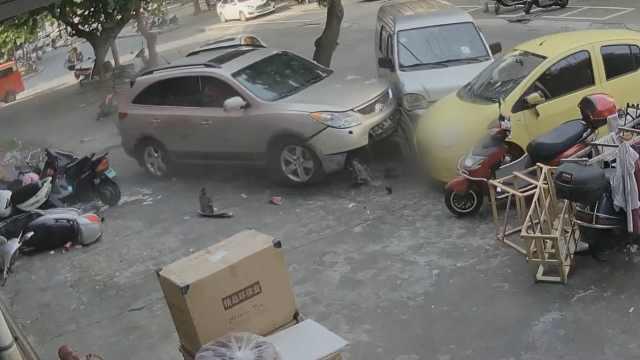 越野车失控冲上人行道,连撞17辆车
