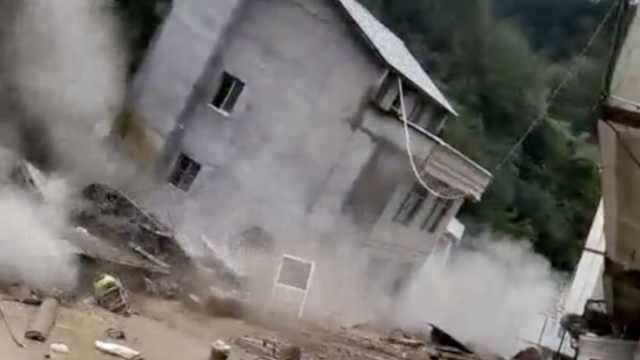 四川泥石流冲垮房屋,残体向前漂移